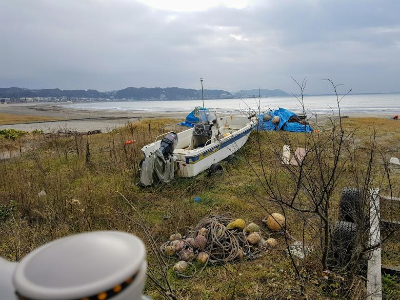 海灘旁的空地上,擺放些漁用工具