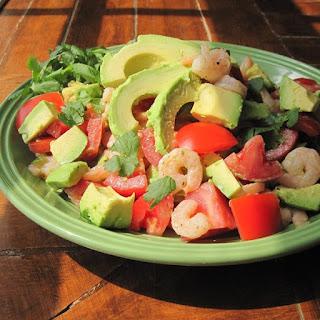 Салат с авокадо, креветками, овощами