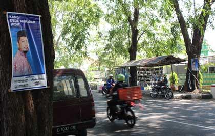 poster dede muharam dipaku di pohon