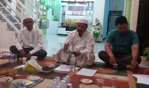 PEMAPARAN :  Ketua pelaksana Pembangunan Masjid Babussalam Duta Bandara , H Rudiyanto Putro saat memberikan pemaparannya tentang potensi dana warga dalam mewujudkian rencana pembangunan Masjid. Foto Asep Haryono