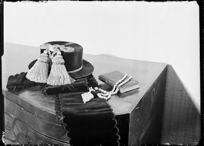 Priener Hut, samt Gebetsbuch und einem Rosenkranz mit großem Kreuz - Glasnegativ 1930-1942