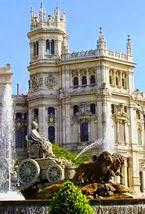 Vista parcial del entorno de la Fuente, con plantas alrededor y de fondo el Ayuntamiento de Madrid.