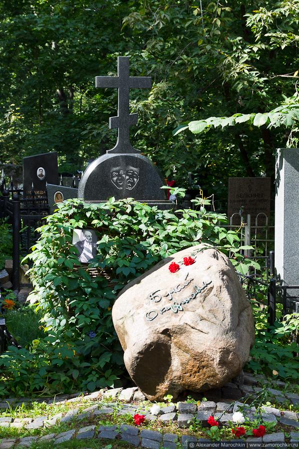 Могила Булата Окуджавы на Ваганьковском кладбище