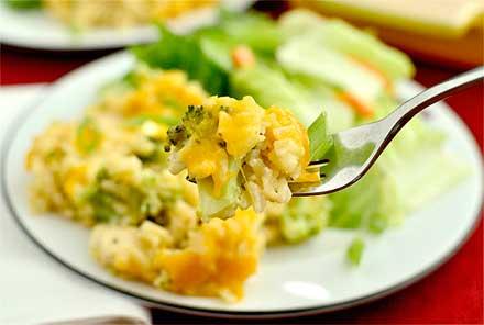 куриное мясо или обжаренный фарш - 0.5 кг; брокколи - 300 гр; рис отварной - 1.5 стакана; бульон или вода - 0.5 л; луковица - 1 шт или несколько перьев зеленого лука, порезать; чеснок - 2 зубчика , измельчить; сливочное масло - 2 ст. л; помидор - 1шт или 2 ст.л томатной пасты; сметана - 2 ст. л;  твердый сыр - 100 гр, натереть на терке; соль - 1 ч.л; перец - по вкусу;
