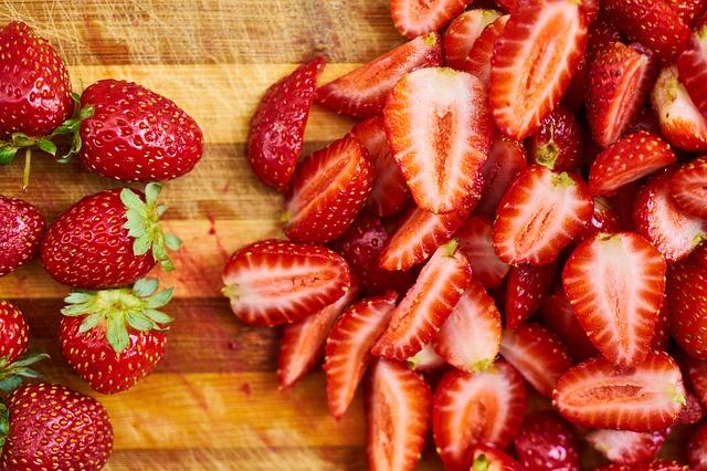 Cara Memerahkan bibir Secara Alami dengan strawberry