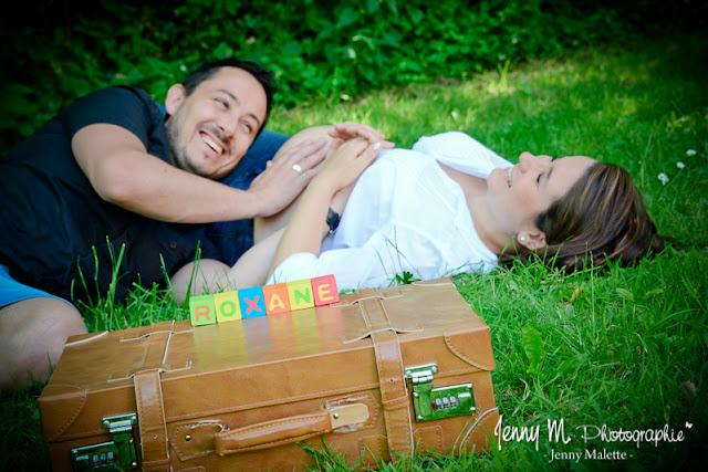 photo couple en attendant bébé, rires, joie, bonheur, photographe vendée 85