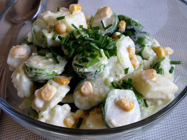 Ensalada de coles de Bruselas con patatas, maíz, cebolla dulce y nata