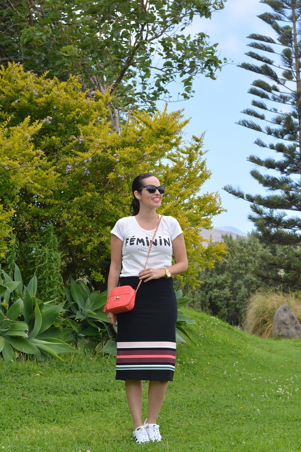 outfit-con-falda-lápiz-y-adidas-superstar