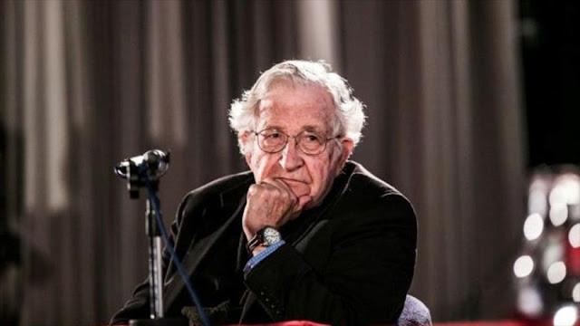 Chomsky: Trump es un hombre hábil para engañar como Hitler
