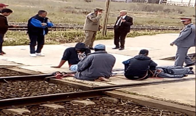 مكفوفون يقيدون أنفسهم على السكة الحديدية من أجل تحقيق مطالبهم