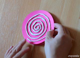 naklejanie spirali z plasteliny