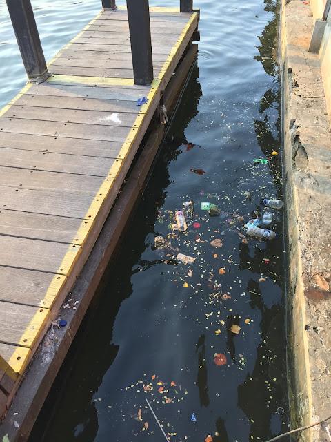 sampah botol plastik di pantai ancol
