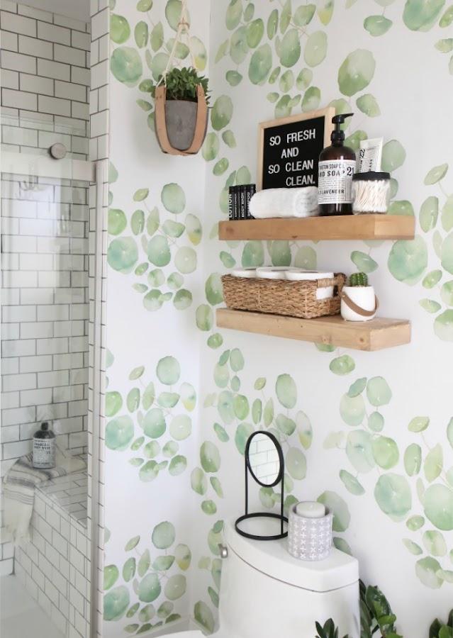 Cómo dar vida a un baño aburrido con decoración lowcost