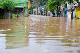 Rua super alagada após chuva forte