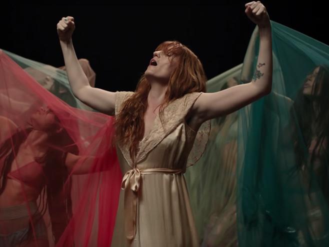 Florence + The Machine canta sobre um amor mesquinho em 'Big God'