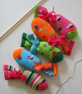 http://manualidadesreciclables.com/10506/como-hacer-pescados-con-calcetines