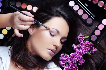 Mau Kelihatan Lebih Muda? Ikuti 4 Trik Make Up Ini