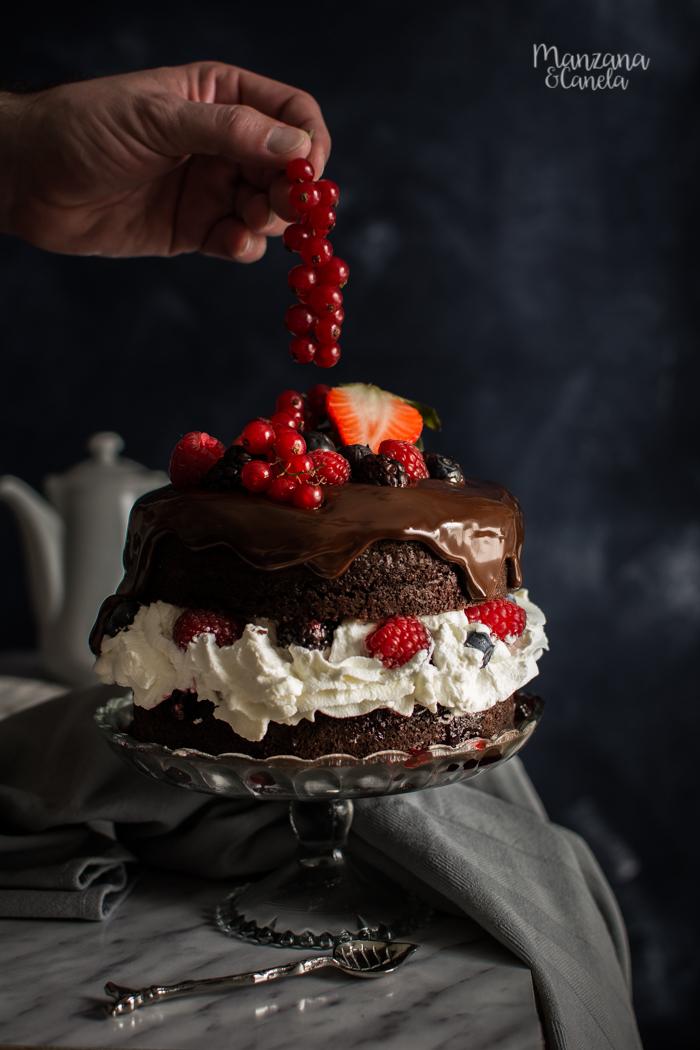 Tarta Selva Negra con frutos rojos. Receta fácil.