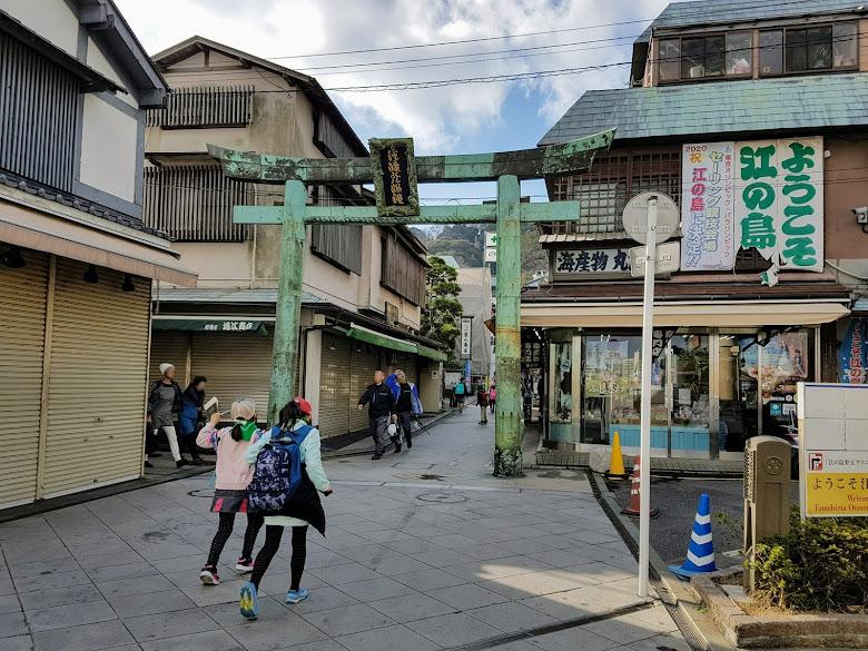 正常情況下,前往神社必定經過的商店街