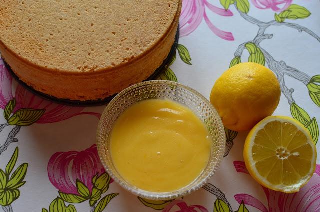 Sokerikakkupohja ja itse tehty lemon curd