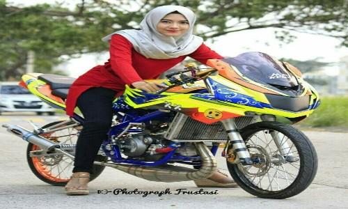 Gambar-Foto-Cewek-Hijab-Di-Motor-Ninja-RR