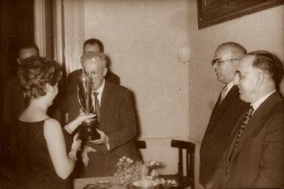 Puget recogiendo el trofeo, Barcelona 1961