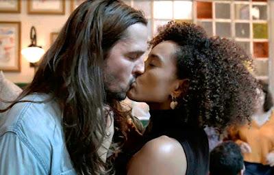 Davi e Vitória aos beijos em Amor de Mãe (Foto: Reprodução)
