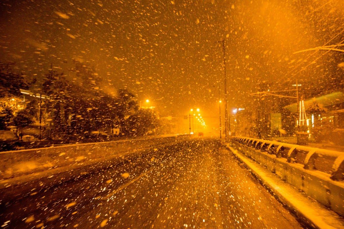 Χιονίζει στην Αττική - Εμφανίστηκαν τα πρώτα προβλήματα- Κλειστά σχολεία αύριο