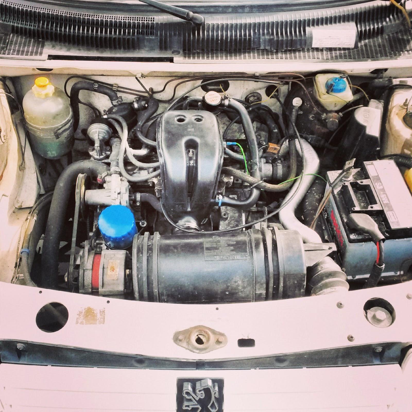 achterkant auto maakt geluid bij drempel