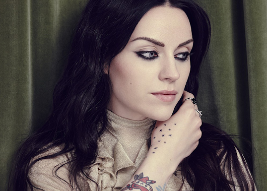 "Amy MacDonald canta enclausura no clipe de ""Automatic"" do álbum ""Under Stars"""