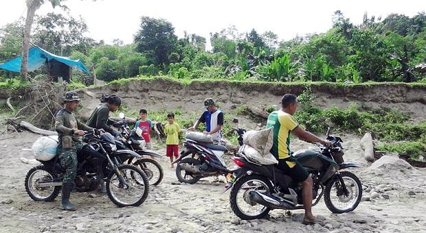 TNI Bersama Warga Lenggo Angkut Bahan Material