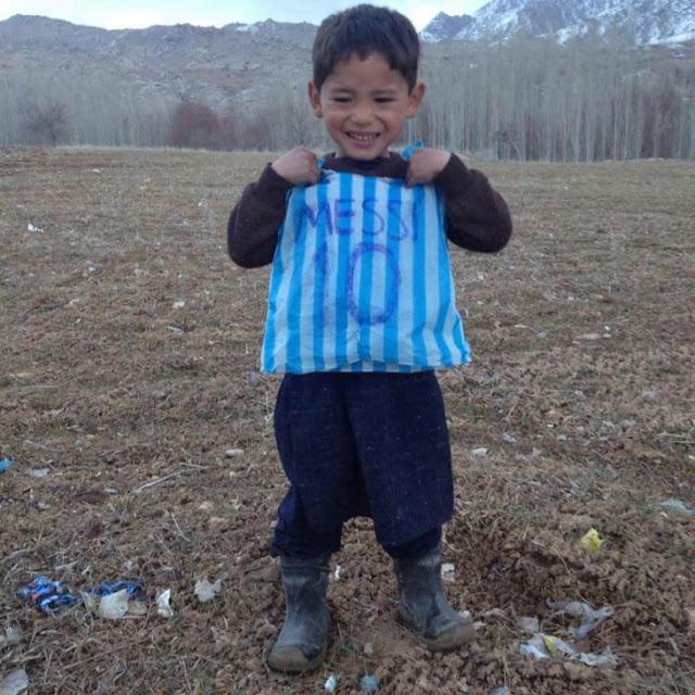 Messi cumple el sueño del niño afgano: ¡Le envió una camiseta autografiada!