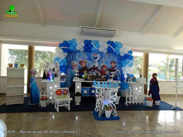 Decoração tema Frozen em mesa provençal luxo para festa feminina