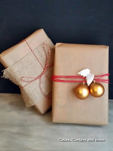 Geschenke verpackt mit Jute, Weihnachtskugeln und Packpapier