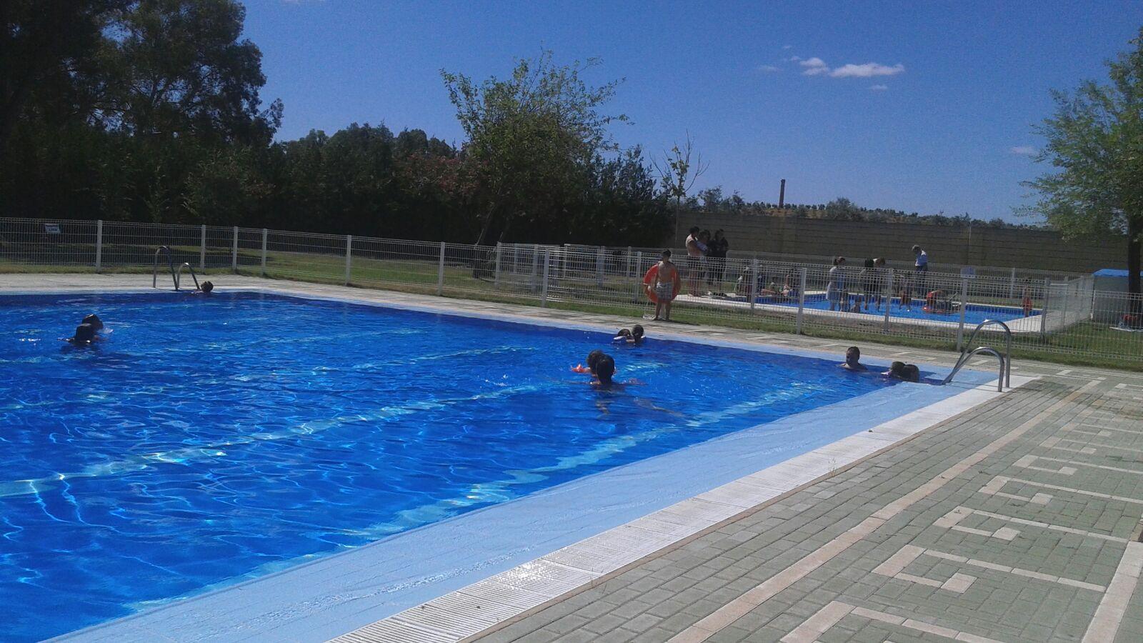 El parte municipal inaugurada la piscina municipal con for Piscina gratuita