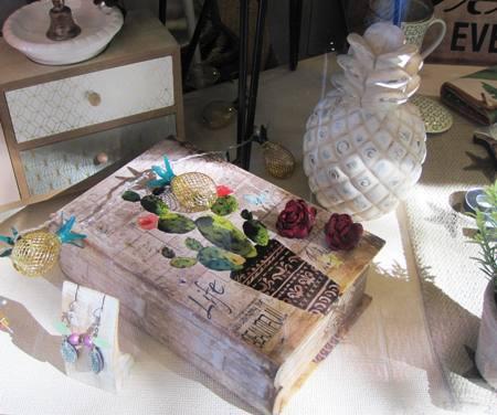 Caja libro, pendientes flor, piña cerámica y luces led
