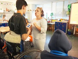 Dra. Inês fala com um aluno