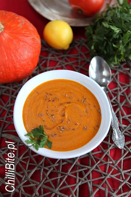 wegańska zupa z dyni i pomidorów
