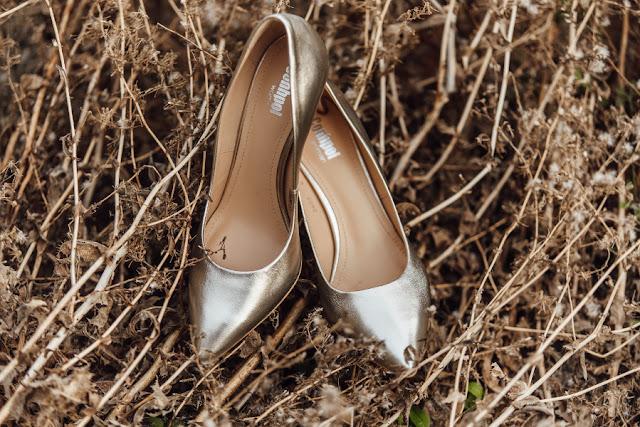 Złote pantofelki ślubne dla Panny Młodej w stylu boho