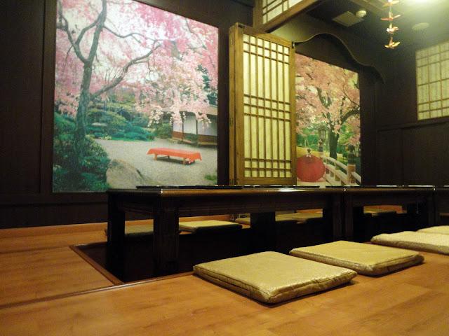 tatami, mesa baja con cojines a su alrededor