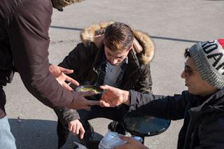 Θεσσαλονίκη: Εθελοντές φτιάχνουν σούπα στην κακοκαιρία και τη μοιράζουν σε όσους έχουν ανάγκη [εικόνες]