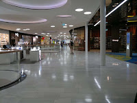 Det finns ingen brist på butiker. Mycket märkesbutiker, såsom Oakley, Bang & Olufsen och Bose