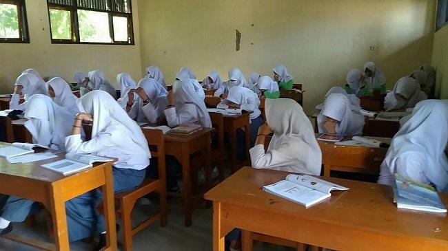 Dinas Pendidikan Tegal menegur SMK di Pesantren NU karena menerapkan aturan bercadar bagi para siswinya.