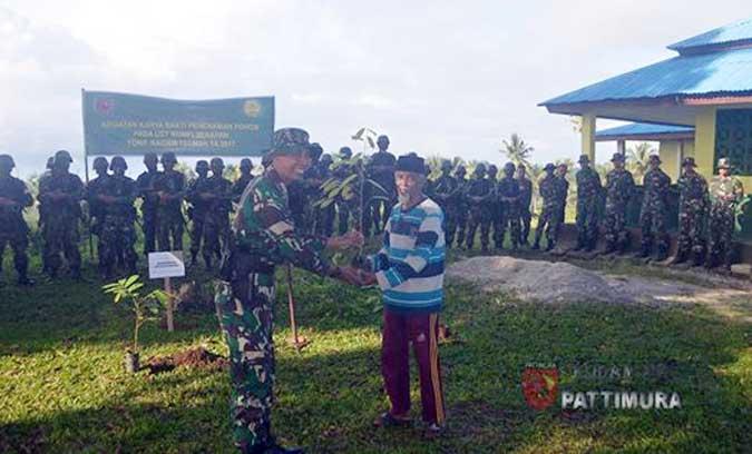 """Ambon, Malukupost.com - Prajurit Yonif Raider 733/Masariku melakukan penanaman pohon di Dusun Karang-Karang, Kota Ambon sebagai bagian dari aksi peduli lingkungan.  Siaran pers Penerangan Kodam XVI/Pattimura yang diterima media ini, Jumat (29/9) menyatakan, aksi yang juga merupakan implementasi program """"Emas Hijau"""" tersebut dilakukan kemarin, usai melaksanakan Latihan Uji Siap Tempur (UST) Tingkat Kompi yang telah berlangsung selama empat hari di Dusun Karang-Karang, Desa Poka, Kecamatan Baguala.  Disebutkan, penanaman pohon kali ini menjadi langkah konkrit upaya penyelamatan sumber daya hayati."""