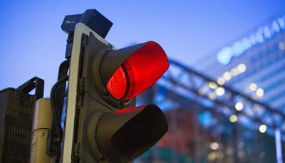 Semáforo que moja a los peatones que cruzan con la luz roja