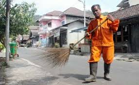 Seenaknya saja Pria ini, Membuang sampah Disungai Tanpa Memikirkan Nasib Orang Lain yang Dirugikan