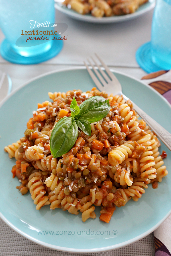 Pasta fusilli con lenticchie pomodori secchi piatto vegano salutare light ricetta - healthy vegan pasta recipe with lentils and dried tomatoes