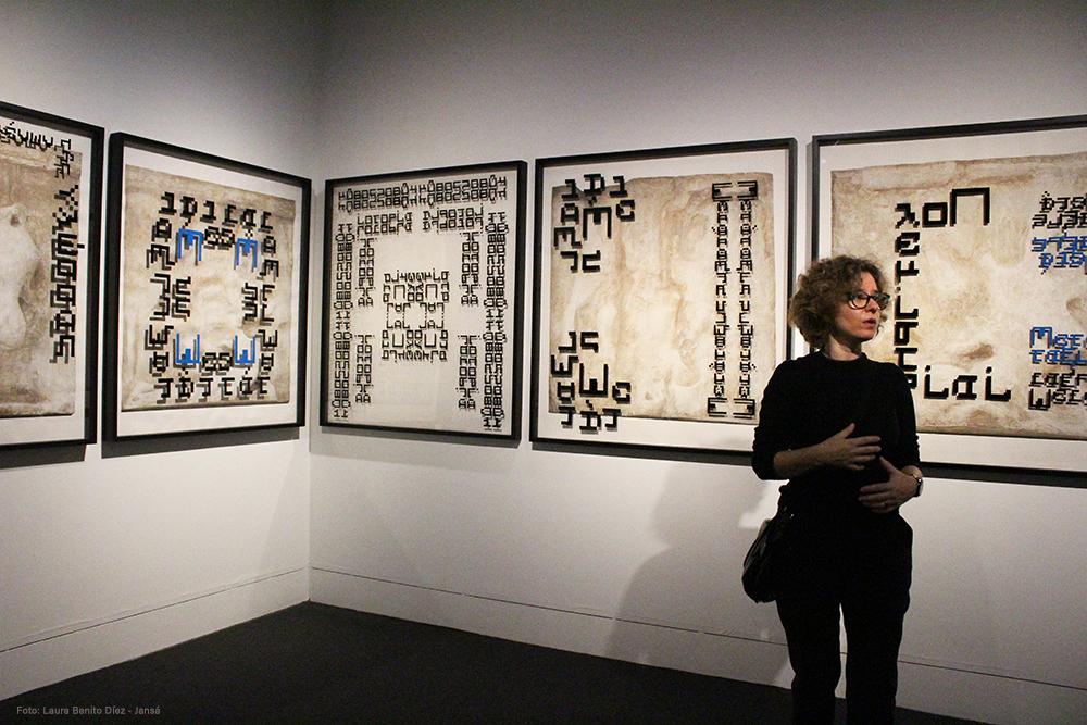 La artista plástica Clara Carvajal presentando la exposición Amazonomaquia en el Museo Arqueológico Nacional. Foto: Laura Benito Díez - Jansá.