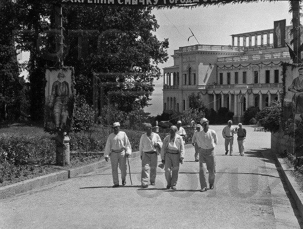 Крестьяне на отдыхе в Ливадийском дворце, Крым