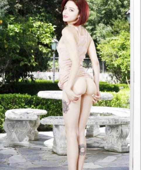 Раскрыла свою пизду! Без трусов женщина www.eroticaxxx.ru - эротично раздвигает ноги. Эротика: открыла свою дырочку. 18+ писька крупно